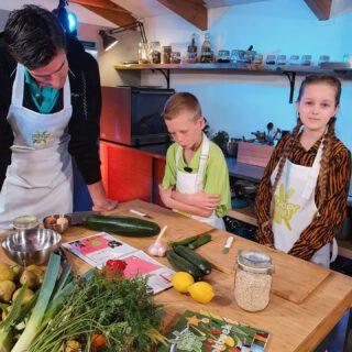 """YAY! Morgen op TV 🤗 Zooo leuk! Ik mocht een recept uit het KinderMenu2.0 kookboek maken in de keuken van @tafel16 met topchef René Ruiter, prof volleyballer Wytze Kooistra en mijn IVN collega kinderdirecteur Erwin 🥳 Leuke @loesvdlaan was de presentatrice en morgen kun je het programma """"Aan Tafel"""" op #rtvdrenthe bekijken 😊 Het gaat helemaal over de Dutch Food Week en wij maakten een heerlijk vegetarisch gerecht uit het kookboek KinderMenu2.0 - daarin staan allerlei gezonde maar lekkere recepten die zijn bedacht door Drentse basisschoolkinderen! Op mijn blog (link in profiel) kun je lezen hoe je het boek kan downloaden maar je kan de gerechten ook proeven bij veel Drentse restaurants! Supertof bedacht door de #ProvincieDrenthe! 👍🏻 Ik droeg 1 van mijn favoriete jurken van @retour_jeans en lieve @griseldaknipt is verantwoordelijk voor mijn mooie kapsel 💞"""