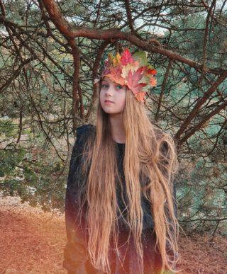 """messy hair, don't care 💁🏼♀️ Als je kroon maar goed zit, toch? 👑🍁🍂 Voor @ivnnatuureducatie en @roegtv maakte ik een vlog """"hoe maak je een bladerkroon""""! Je kan het bekijken op de website van Roeg.tv en op mijn eigen blog (link in profiel) 🎃 #2uurnatuur #IVN #roegtv #rtvdrenthe #herfst #herfstwandeling #herfstbladeren #herfstkleuren #herfstknutsels #OOTD van #zadigetvoltairekids via @orangemayo 💚"""